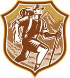 Randonneur augmentant la gravure sur bois en bouclier de montagne rétro illustration de vecteur