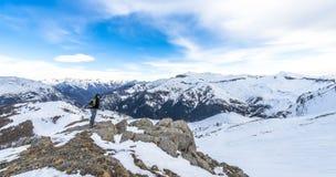 Randonneur aux Alpes français dans Auron Photo stock