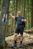 Randonneur avec des pouces dans les bois Photos libres de droits