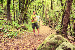 Randonneur avec la carte dans la forêt Photos stock