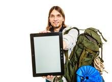 Randonneur avec le comprimé Copyspace d'écran vide Photos libres de droits