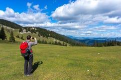 Randonneur avec le sac à dos prenant des photos Photos libres de droits