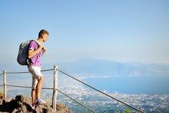 Randonneur avec le sac à dos sur le Vésuve regardant le panorama Image libre de droits