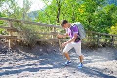 Randonneur avec le trekking de sac à dos sur une traînée de montagne Image libre de droits