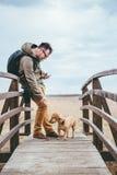 Randonneur choyant un chien Image stock