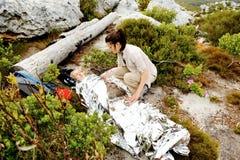 Randonneur couvert de couverture de secours photographie stock