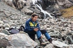 Randonneur détendant aux montagnes Photos stock