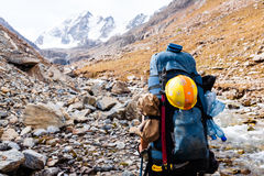 Randonneur détendant aux montagnes Image libre de droits