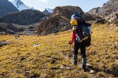 Randonneur détendant aux montagnes Photographie stock libre de droits