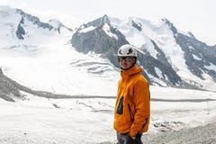 Randonneur détendant aux montagnes Photo stock