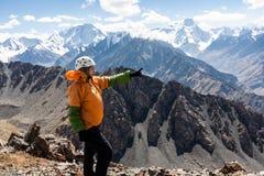 Randonneur détendant aux montagnes Images stock