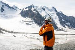 Randonneur détendant aux montagnes, Tien Shan Photographie stock libre de droits