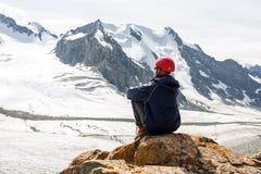 Randonneur détendant aux montagnes, Tien Shan Image libre de droits