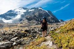 Randonneur détendant aux montagnes, Tien Shan Photo stock