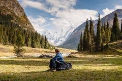 Randonneur détendant aux montagnes, Tien Shan Images stock