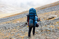 Randonneur détendant aux montagnes, Tien Shan Photos stock