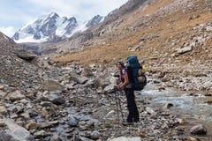 Randonneur détendant aux montagnes, Tien Shan, Kirghizistan Photos libres de droits