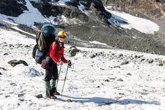 Randonneur détendant aux montagnes, Tien Shan, Kirghizistan Images stock