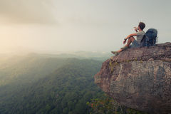 Randonneur détendant sur la roche photographie stock libre de droits