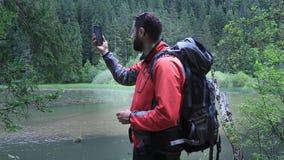 Randonneur d'homme sans le signal de téléphone Aucun service dans la forêt clips vidéos
