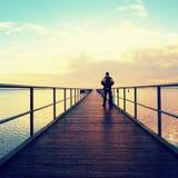 Randonneur d'homme sur la taupe en mer Touriste sur le quai regardant la mer d'ower à l'horizon image stock