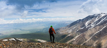 Randonneur d'homme sur une montagne Photo libre de droits