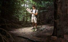 Randonneur d'homme trimardant dans la forêt Image libre de droits