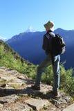 Randonneur d'hommes, montagnes de l'Himalaya, Népal Photo stock