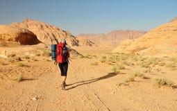 Randonneur dans le désert de rhum de Wadi photographie stock libre de droits