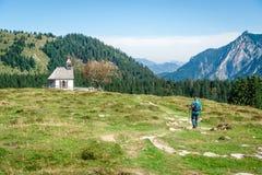 Randonneur dans les Alpes Image libre de droits