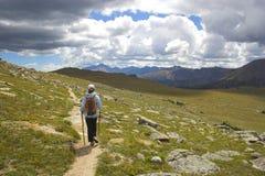 Randonneur dans les montagnes Images libres de droits