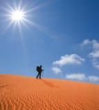 Randonneur dans un désert chaud Image libre de droits