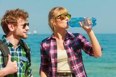 Randonneur de couples marchant ? pas marqu?s par le bord de la mer photo stock