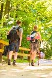 Randonneur de couples trimardant dans la voie de forêt Photo stock