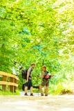 Randonneur de couples trimardant dans la voie de forêt Photo libre de droits