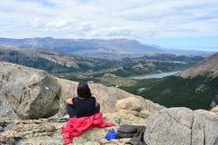 Randonneur de femme à l'intérieur du parc national de Glaciares, EL Chaltén, Argentine Photographie stock