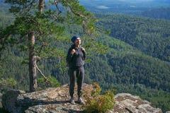 Randonneur de femme appréciant la vue à partir du dessus d'une montagne dans le jour d'été ensoleillé Photos libres de droits