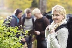 Randonneur de femme avec des amis discutant à l'arrière-plan Photo stock