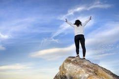 Randonneur de femme avec des bras tendus en montagnes photo libre de droits