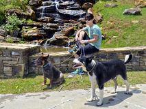 Randonneur de femme avec des chiens Photographie stock libre de droits