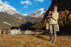 Randonneur de femme contre le paysage de montagne appr?ciant la promenade photo libre de droits