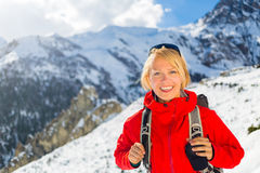 Randonneur de femme marchant en montagnes de l'Himalaya, Népal Photographie stock libre de droits