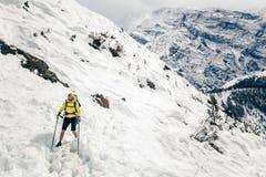 Randonneur de femme marchant en montagnes de l'Himalaya, Népal Photo stock