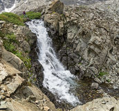 Randonneur de femme par la cascade Image stock