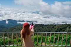 Randonneur de femme prenant la photo avec le téléphone portable Images libres de droits