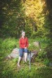 Randonneur de femme s'asseyant sur le concept de tourisme de forêt d'identifiez-vous image libre de droits