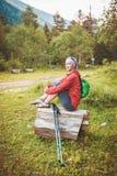 Randonneur de femme s'asseyant sur le concept de tourisme de forêt d'identifiez-vous images stock