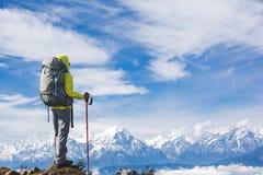 Randonneur de femme sur la crête de montagne photos stock