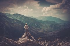 Randonneur de femme sur une montagne Photographie stock libre de droits