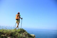 Randonneur de femme trimardant sur la montagne de bord de la mer Image libre de droits